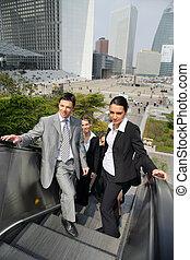 empresarios, en, un, escalera mecánica