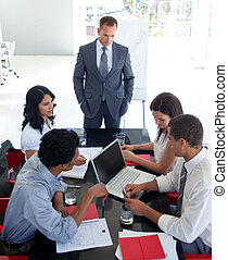 empresarios, estudiar, un, nuevo, proyecto, en, un, reunión