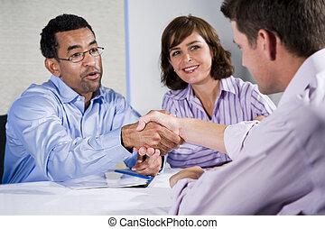 empresarios, hombres, tres, reunión, manos temblar