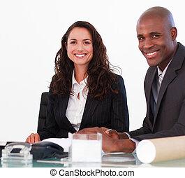 empresarios, juntos, en, un, oficina