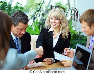 empresarios, manos, sacudida, arriba, acabado, reunión
