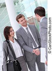 empresarios, reunión, exterior, edificio de oficinas