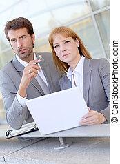 empresarios, reunión, exterior, la oficina