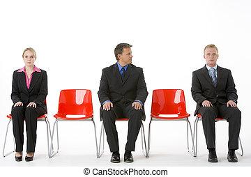 empresarios, sentado, tres, plástico, asientos, rojo