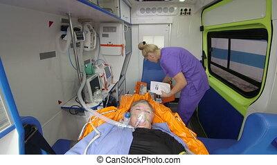 emt, paramedic, verstrekken, ziekenverzorging, om te, kritiek, senior, patiënt in ziekenwagen