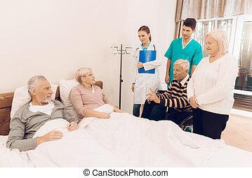 en, äldre bemanna, och, a, kvinna, ligga i, säng, medan, hon, är, droppande, a, medicinsk, dropper.