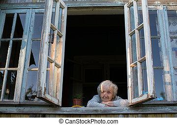 en, äldre kvinna, ser, ute, av, den, fönster, av, a, by, house.