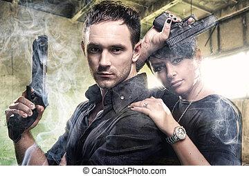 en, attraktiv, ungt par, med, vapen