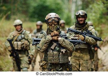 en avant!, soldat, regarde, stands, bras