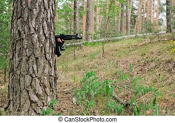 en, beväpnat, man, döljer, bak, a, träd., beväpnat, man, in, a, zon, av, beväpnat, konflikt