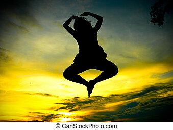 en, glad kvinde, springe, hos, solnedgang