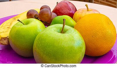en, la, bandeja, de, una, frutas, sobre, mesa, cerca