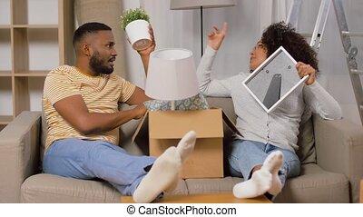 en mouvement, boîtes, nouveau, couple heureux, maison