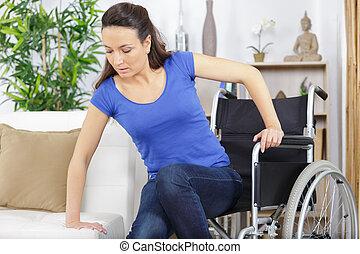 en mouvement, sofa, fauteuil roulant, femme, handicapé