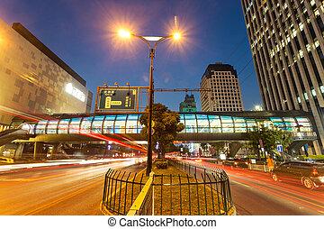 en mouvement, voiture, à, barbouillage, lumière, par, ville, soir