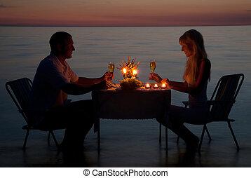 en, ungt par, dele, en, stemningsfuld middag, hos, candles, på, den, hav, sand strand