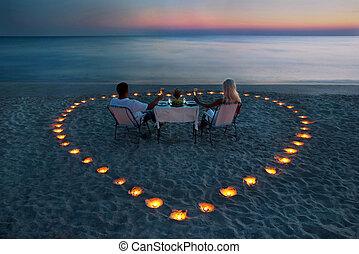 en, ungt par, dele, en, stemningsfuld middag, stranden