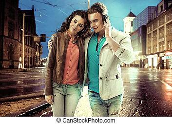 en ville, marche, couple, décontracté, travers