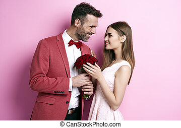 enamored, hombre, con, ramo, rosa, coquetear