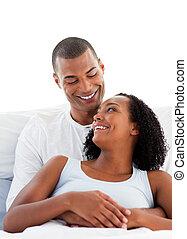 enamoured, abrazar, pareja, su, acostado, cama