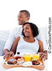 enamoured, couple, avoir, leur, mensonge, petit déjeuner, lit