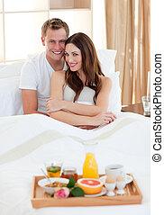 enamoured, couple, avoir, mensonge, petit déjeuner, lit