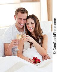 enamoured, couple, maison, fraises, mensonge, champagne, lit, boire
