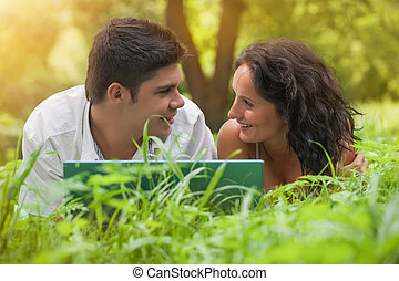 enamoured, młoda para, na, trawa, w parku