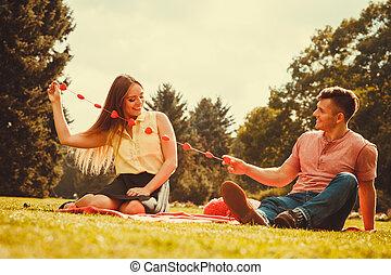 enamoured, paar, in, park.