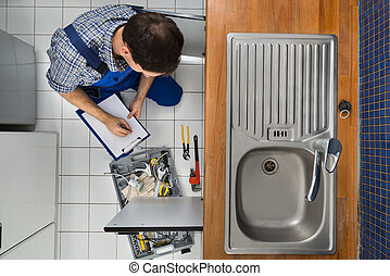 encanador, examinando, pia cozinha