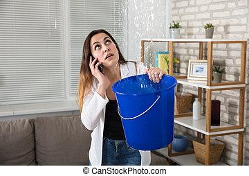 encanador, mulher, chamando, água, lar, leakage
