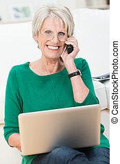 encantado, mujer anciana, charlar, en, un, móvil