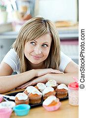 encantado, mulher, wants, comer, bolos, cozinha