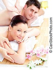 encantado, par jovem, recebendo, um, massagem