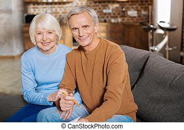 encantado, viejo, mujer se sentar, juntos, con, ella, marido