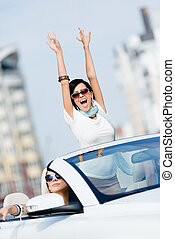 encantador, adolescente, con, ella, manos arriba, en el coche