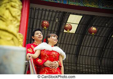 encantador, chinês, par, abraço, paleto, qipao, templo