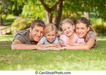 encantador, familia , en el parque