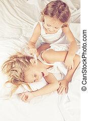 encantador, hermano y hermana, mentira en cama, en casa