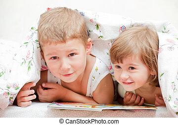 encantador, irmã, livro, -, irmão, cama, leitura, crianças