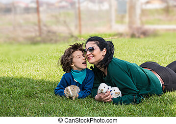 encantador, madre e hijo, con, bunnys, en, pasto o césped