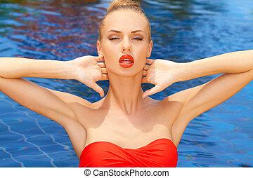 encantador, mujer, posar, en, el, piscina
