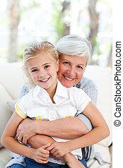 encantador, niña, con, ella, abuela, mirar la cámara