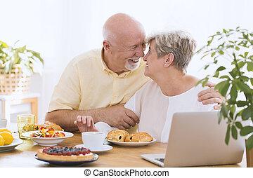 encantador, par ancião, abraçando