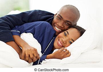 encantador, pares americanos africanos, en cama