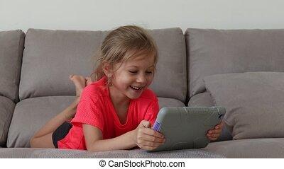 encantador, tendo, menina, sala, tocando, engraçado, feliz, tabuleta, criança, divertimento, home.
