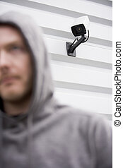 encapuchonné, jeune, appareil-photo surveillance, sweatshirt, homme