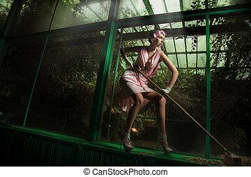 encargada de la limpieza, llevando, vestido rosa