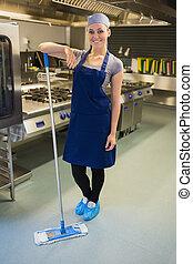 encargada de la limpieza, sonriente, cocina