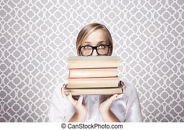 encima, el mirar con fijeza, libros, mujer